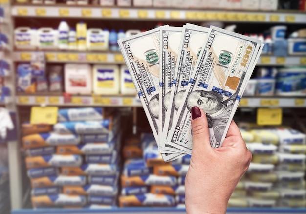 Shopping dans le département des matériaux de construction, les mains avec le dollar