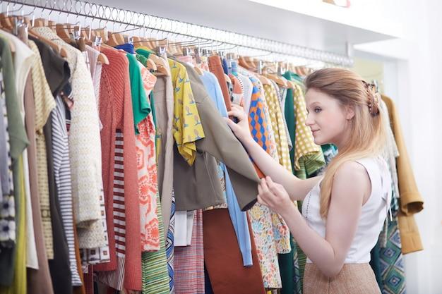 Shopping dans un magasin de mode