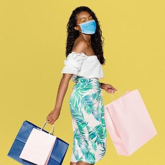 Shopping dans la nouvelle normalité, femme portant un masque