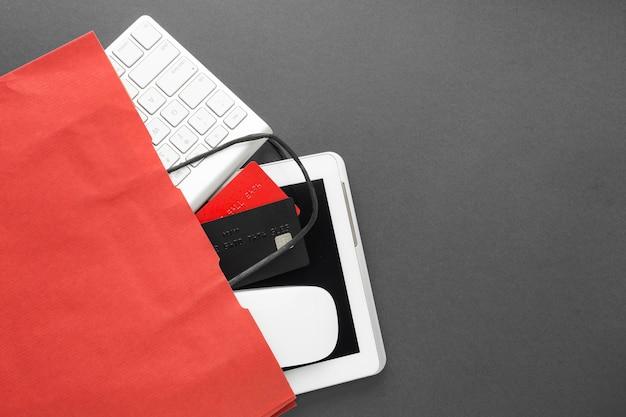Shopping dos rouge avec des accessoires technologiques à l'intérieur