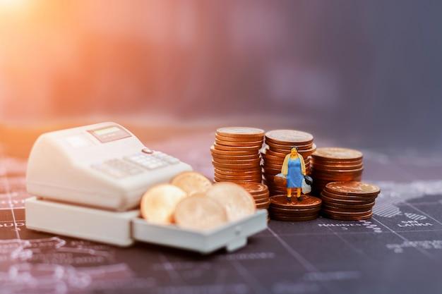 Shopping ou entreprise. femme au foyer miniature avec sac à provisions.