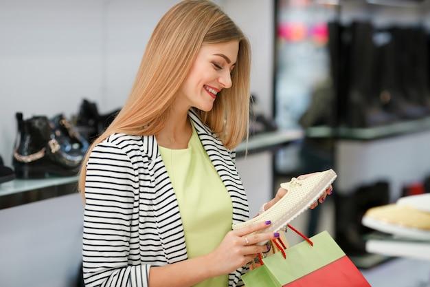 Shopping femme heureuse