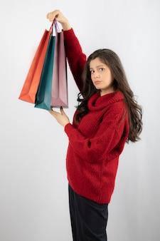 Shopping femme tenant des sacs à provisions