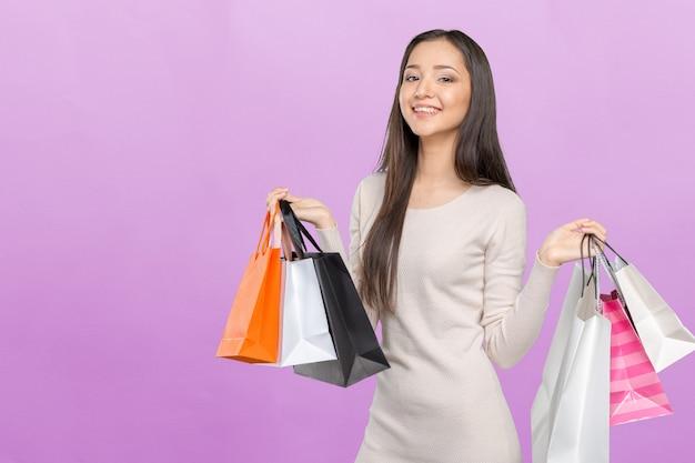 Shopping femme tenant des sacs