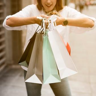Shopping fille portant des sacs