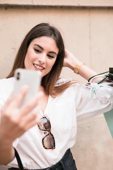 Shopping fille prenant un selfie