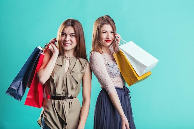 Shopping filles avec des sacs