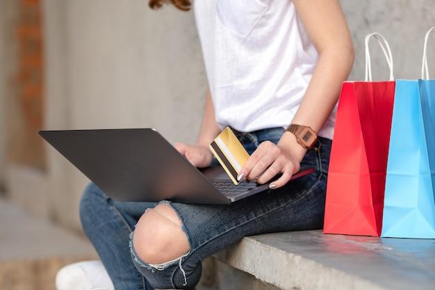 Shopping girl tient la carte de crédit en main.