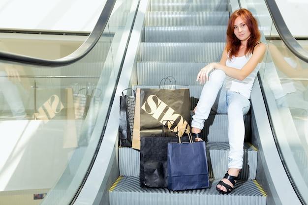 Shopping jeune femme au centre commercial