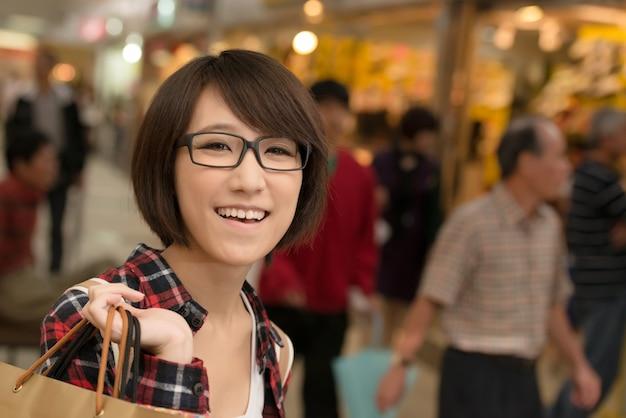 Shopping jeune fille asiatique au centre commercial de taipei, taiwan.