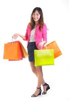Shopping de jeunes femmes asiatiques tenant des sacs à provisions.