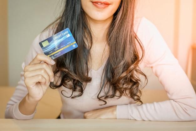 Shopping en ligne. client shopping en ligne payer par carte de crédit