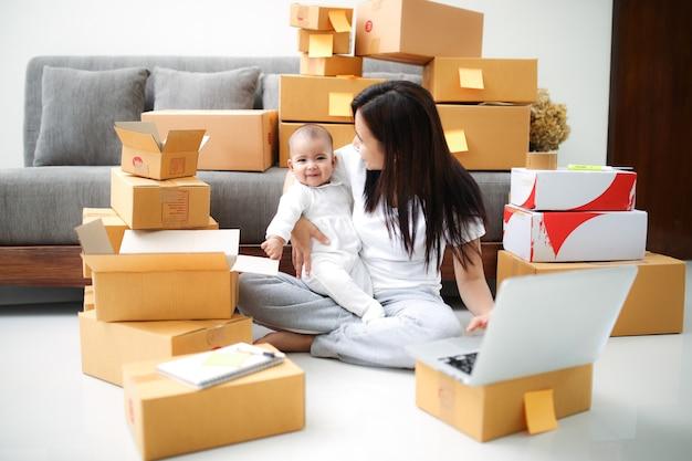 Shopping en ligne et concept de mère célibataire.