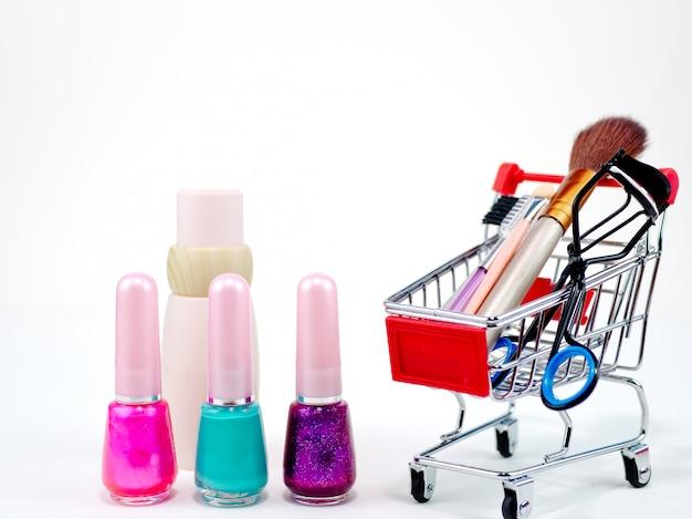 Shopping en ligne cosmétique concept sur fond blanc