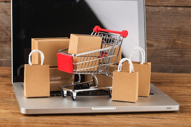 Shopping en ligne à la maison concept. cartons dans un panier sur un clavier d'ordinateur portable