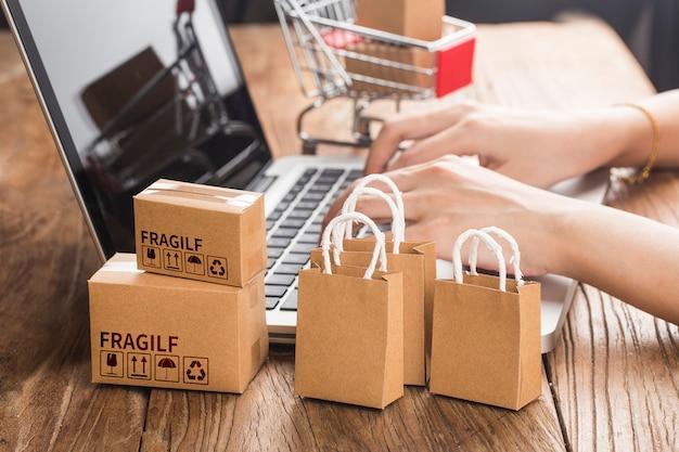 Shopping en ligne à la maison concept.online shopping est une forme de commerce électronique qui permet aux consommateurs d'acheter directement des biens d'un vendeur via internet.