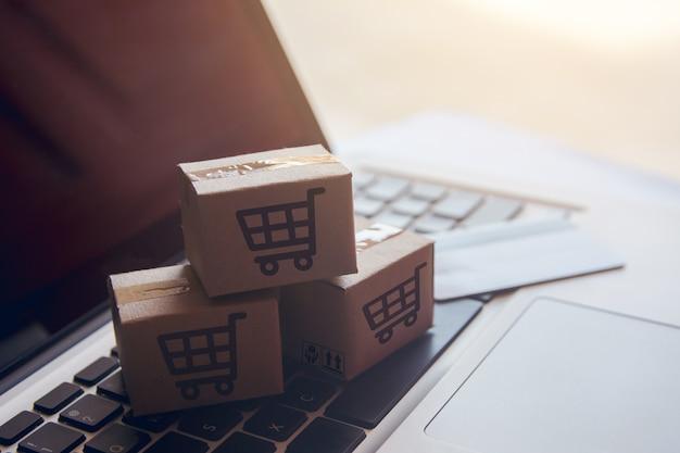 Shopping en ligne service d'achat sur le web en ligne. avec paiement par carte de crédit sur ordinateur portable