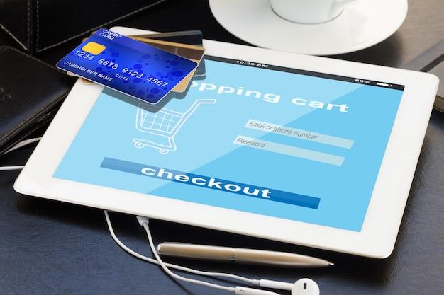 Shopping mobile - vérification dans la boutique virtuelle sur tablette pc