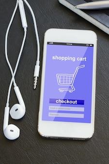 Shopping mobile - vérification dans une boutique virtuelle sur téléphone