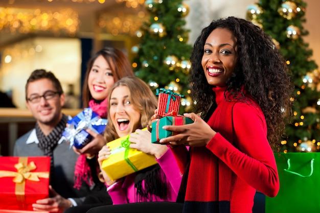 Shopping de noël - amis au centre commercial