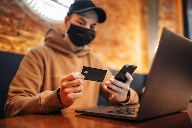 Shopping et paiement en ligne par téléphone portable, ordinateur portable et carte de crédit.