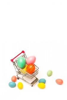 Shopping de pâques. oeufs colorés à la main dans le panier. affaires et vente au printemps