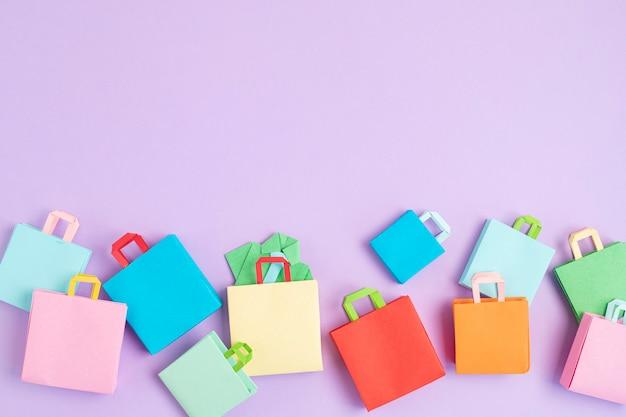Shopping sacs en papier. seasonalsale, offres en ligne, remises, promotion, concept de dépendance au shopping. vue de dessus, pose à plat