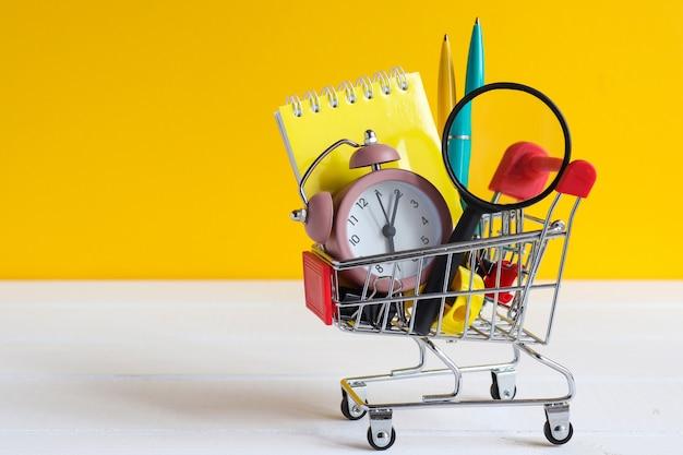Shopping scolaire panier d'épicerie avec fournitures scolaires espace de copie concept de retour à l'école