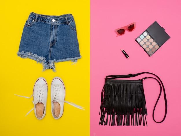 Short en jean, baskets blanches, sac à main noir, cosmétiques.