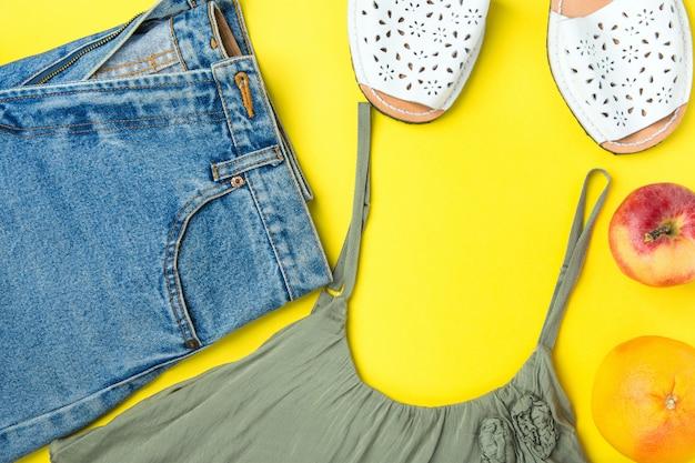Short en jean classique pour femme avec franges et débardeur couleur olive. sandales espandrille, pomme et pamplemousse