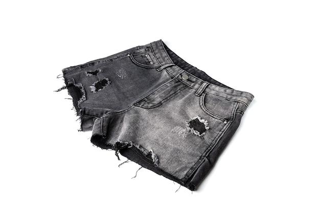 Short en jean noir isolé.