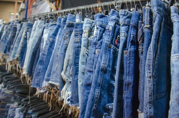 Shorts jeans suspendus