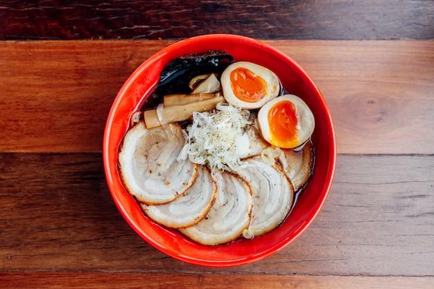 Shoyu chashu ramen: ramen japonais dans une soupe à la sauce shoyu avec du porc chashu, œuf à la coque, viande séchée