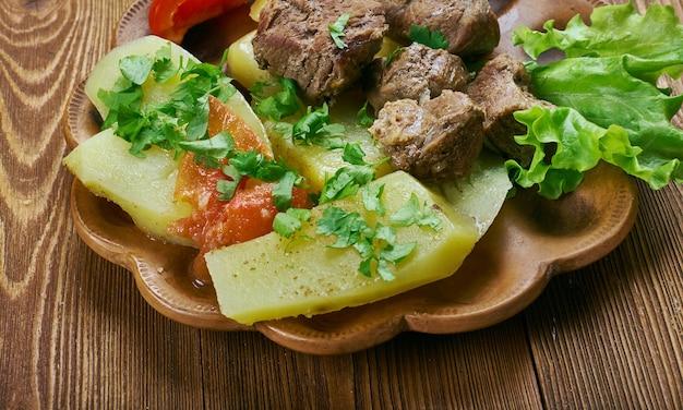 Shturyi fyidyi lyivza - plat ossète avec du bœuf mi-chaud et des pommes de terre, cuisine caucasienne.