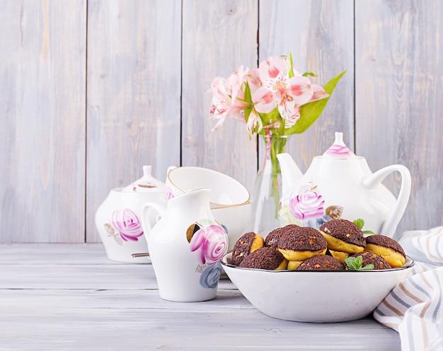 Shu cake. savoureuse profiterole à la crème dans l'assiette.