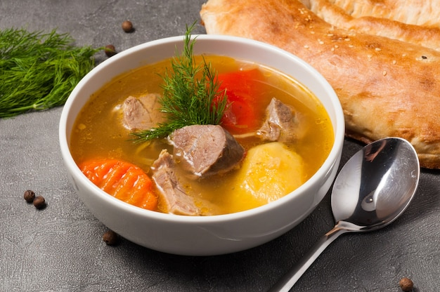 Shurpa est une soupe traditionnelle ouzbek avec de l'agneau