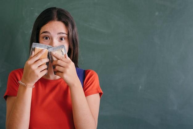 Shy girl cache son visage avec des gommes