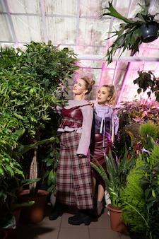 Si belle. jolies jeunes femmes portant des vêtements très élégants lors d'une séance photo