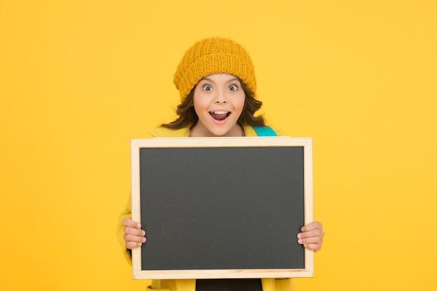 Une si belle opportunité. concept d'annonce de l'école. changements dans la vie scolaire. informations sur les horaires scolaires. écolière moderne avec tableau. écolière mignonne élève tenir l'espace de copie du tableau noir.