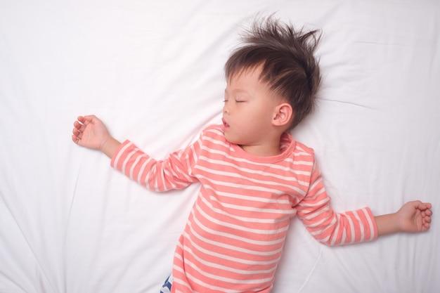 Sian 3 - 4 ans, petit garçon en pyjama dormant