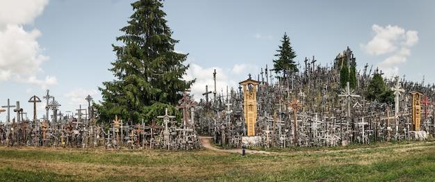 Siauliai, lituanie - 12 juillet 2015 : la colline des croix est un monument unique d'histoire et d'art populaire religieux et le plus important site de pèlerinage catholique lituanien