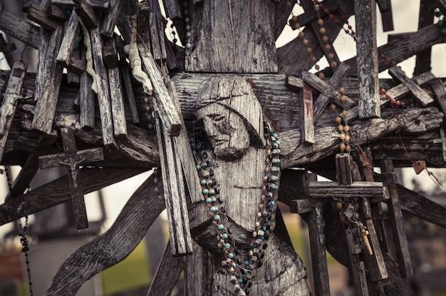 Siauliai, lituanie - 12 juillet 2015 : statue en bois de jésus-christ sur la colline des croix, un monument unique de l'histoire et de l'art populaire religieux et le plus important site de pèlerinage catholique lituanien