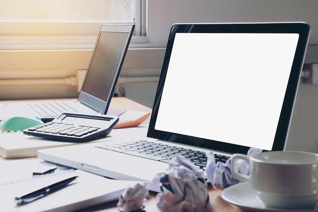 Sideview de bureau de bureau avec un ordinateur portable vierge et divers outils de bureau