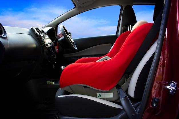 Siège auto pour bébé installé sur un siège passager dans une voiture.