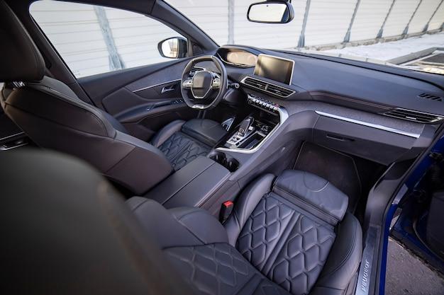 Siège avant intérieur de voiture moderne sombre vide