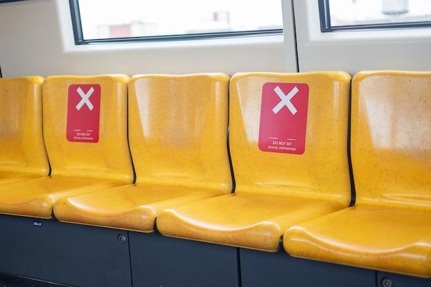 Siège jaune dans le train public pour l'éloignement social