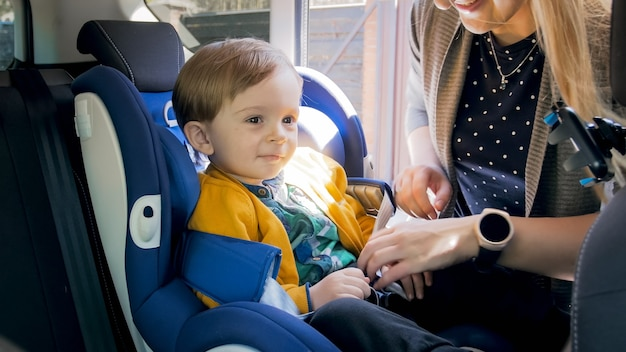 Siège de la mère et fixation du siège auto de sécurité de son bébé.