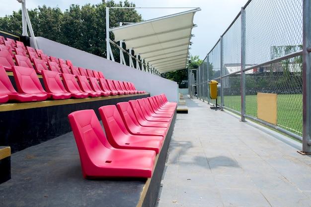 Siège tribune sur le stade sport à midi