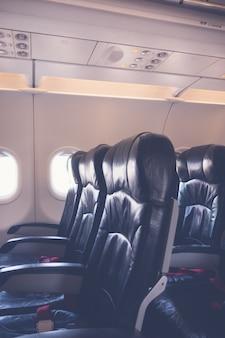 Sièges d'avion dans la cabine. (image filtrée transformée vintage