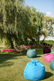 Des sièges colorés, gonflables et moelleux sur la pelouse avant la fête